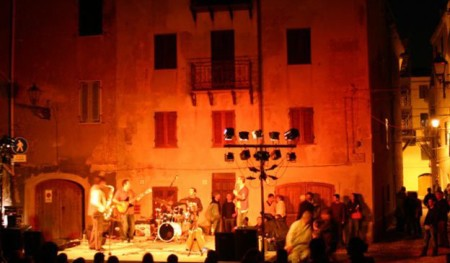 Alghero by night, divertirsi in vacanza.