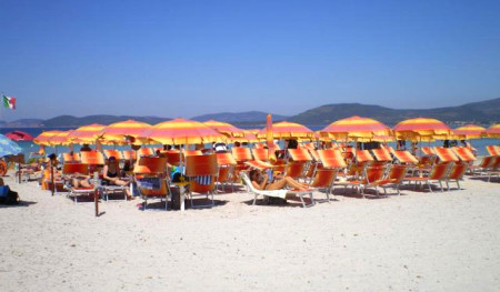 Vista ombrelloni e mare della spiaggia convenzionata con Actinia Accomodation B&B Alghero